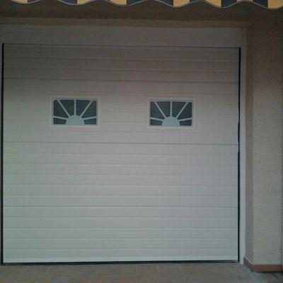 Puerta Seccional Blanca con visores de sol