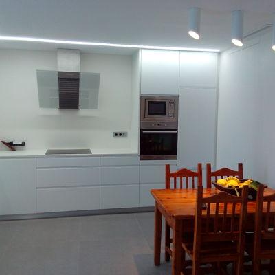 Cocina de muebles lacados en blanco y revestimiento de Tsice de super gran formato