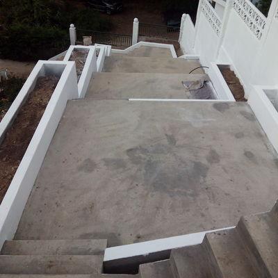 Escaleras y jardineras hormigón