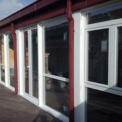 Instalación de puertas de aluminio.