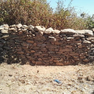 Levantamiento de pared de finca