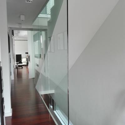 Barandilla de suelo a techo de vidrio