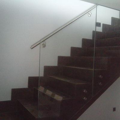 Escalera de microcemento con barandilla vidrio
