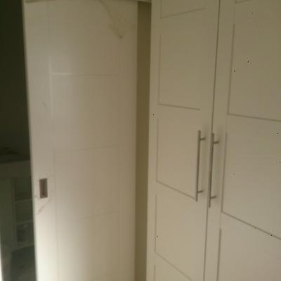 Puerta corredera sobre pared armario lacado