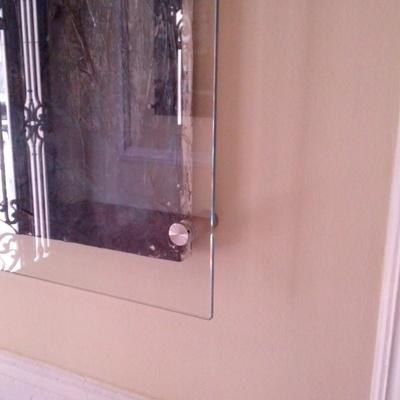 Instalación de pantalla para protección de cuadros, realizada en cristal securizado