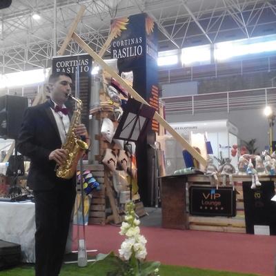 SAXOFONISTA FRENTE AL STAND DE CORTINAS BASILIO