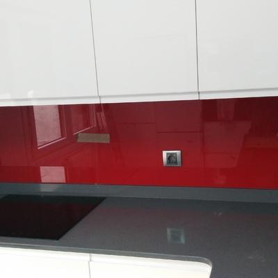 Frente de cocina rojo