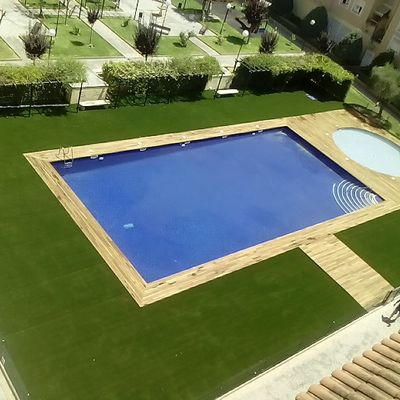 CESPED ARTIFICIAL 600M2 BORDEANDO PISCINA COMUNITARIA