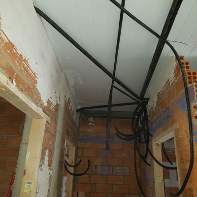 colocacion de panel sanwhich como aislante bajo cubierta e instalación electrica