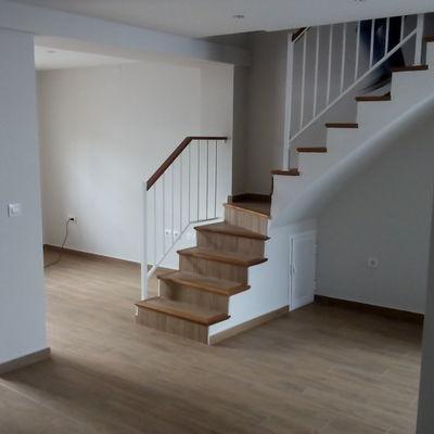 Revestimiento de escaleracon acabado de madera