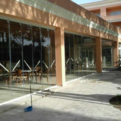 Cortina de cristal instalada en el comedor del hotel BARROSA GARDEN