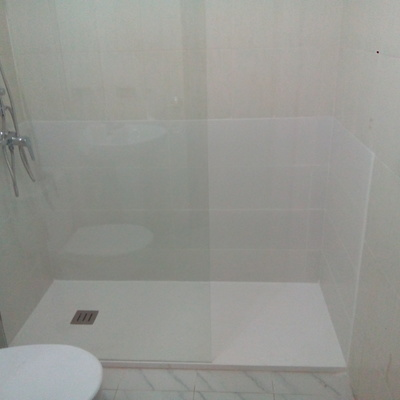terminación de colocación de plato de ducha y mampara