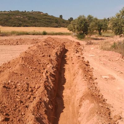 Realización de zanja para posterior instalación de riego a la finca