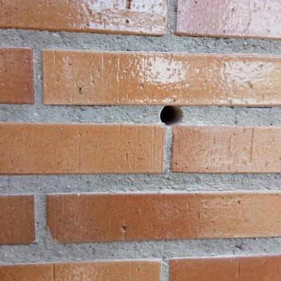 Perforación en fachada para realizar aislamiento.