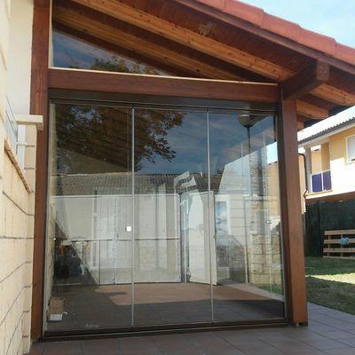 Cerramiento de cortina cristal  de porche de madera