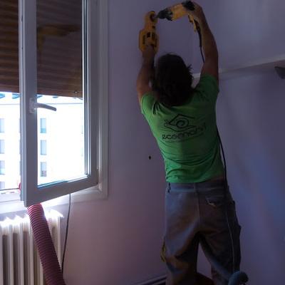 Perforaciones en paredes interiores de vivienda.