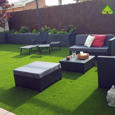 Jardín con césped artificial en Chalet