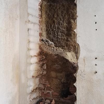 Apertura de puerta en muro de hormigon.