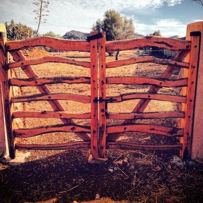 Formación pórtico e instalación barreras tradicionales.