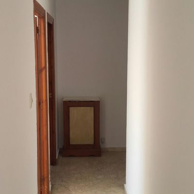Aplicación de pintura plástica blanca mate en piso completo