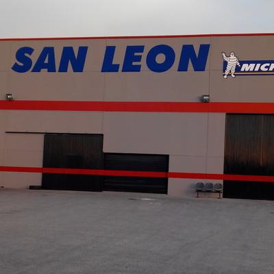 fachada de taller con letreros