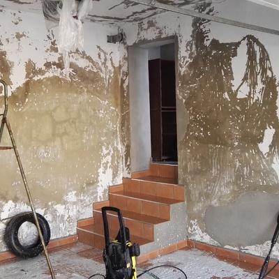 limpieza de paramentos interiores con hidrolimpiadora, para posterior reparación.