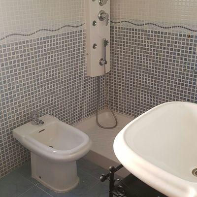 Baño limpio y desinfectado