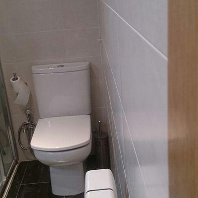 Taza de baño compact con ducha de aseo