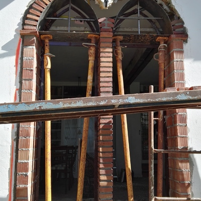 Proceso de formación de ventanal con doble arcada de arco apuntado.