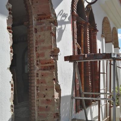 Trabajos de formación de arcos con ladrillo rústico