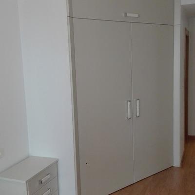 Frente armario vestidor con mesilla a juego