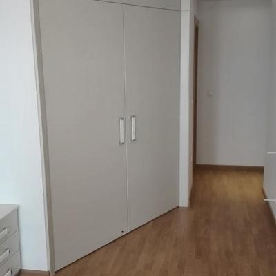 Frente armario vestidor con puertas abatibles