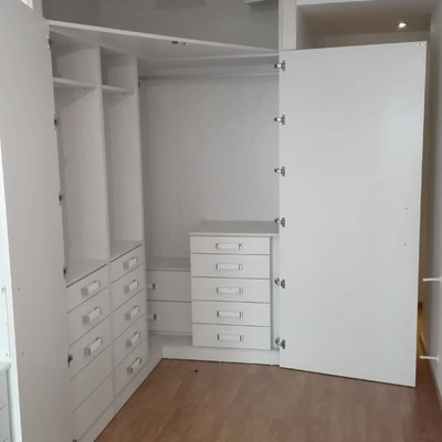 Interior vestidor con apertura amplia de puertas