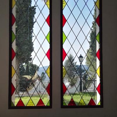 Colocación de vidrieras emplomadas en ventanal.