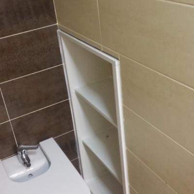 Estantería en hueco de baño
