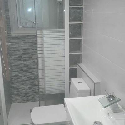 Baño con mural en el plato ducha