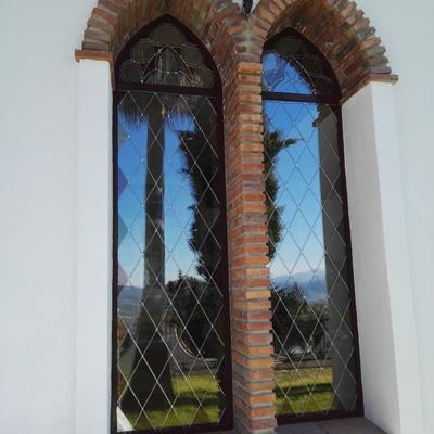 Doble arco apuntado con vidriera
