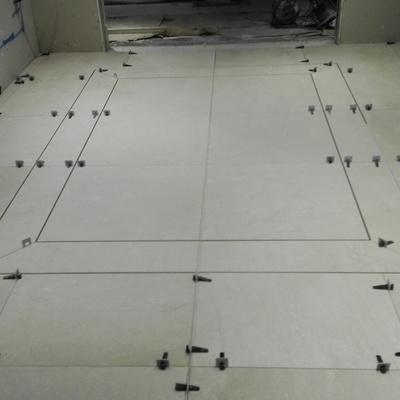 Obra maestra con alfombra simulada en pavimento de marmol