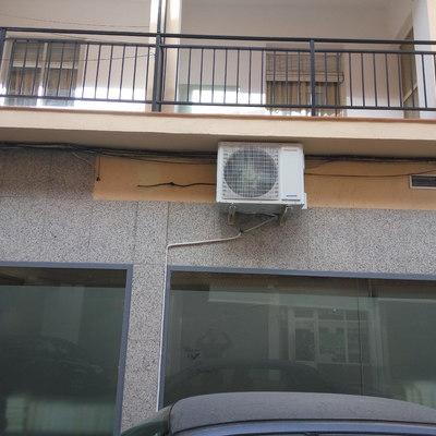Instalación condensador con conducción del desagüe