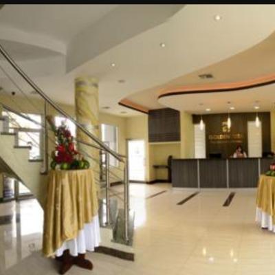 Recepción en hotel de lujo.(escalera, columna)