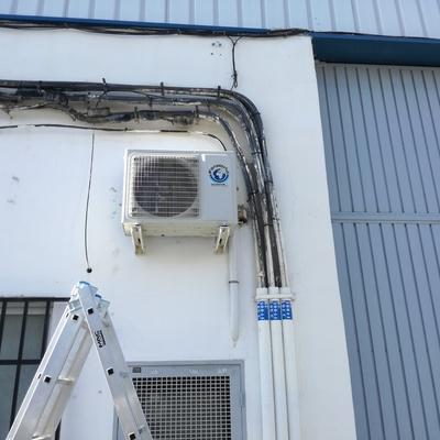 Instalación condensada en fachada nave industrial