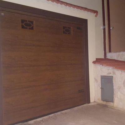 Colocación de puerta de garaje seccional automática