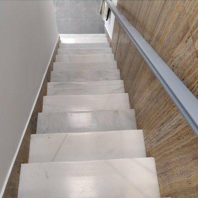 Pulido y abrillantado de escaleras de marmol blanco Macael