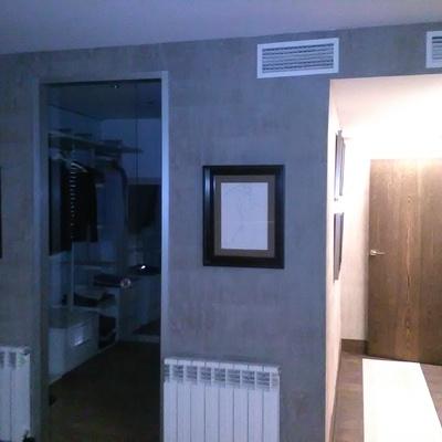 pared entrada al vestidor.
