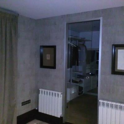 pared entrada al vestidor .