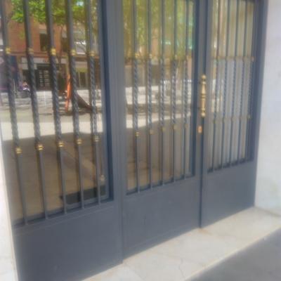 Puerta escalera comunidad vecinos