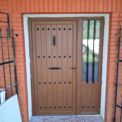Puerta de aluminio imitación madera