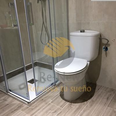 Detalle de plato de ducha pequeño + mampara + WC + Suelo