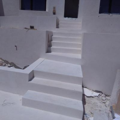 escalera de hormigón blanco pulido