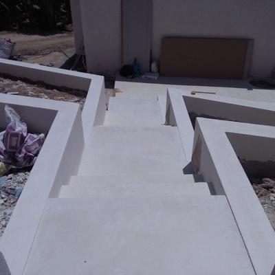 escalera exterior de hormigón pulido